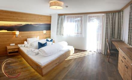 saphir schlafzimmer mit led beleuchtung bild apart central in mayrhofen zillertal tirol. Black Bedroom Furniture Sets. Home Design Ideas