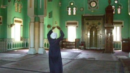 Er fotographiert für die Touristen - Aldahaar Moschee