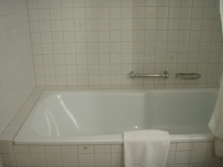 badewanne mit integrierter dusche bild hotel hirschen am see in. Black Bedroom Furniture Sets. Home Design Ideas