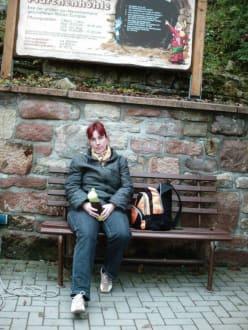 Warten auf den Einlaß zur Führung - Sandstein- und Märchenhöhle