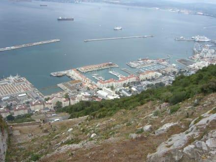 Hafen von Gibraltar - Affenfelsen und St. Michael's Cave