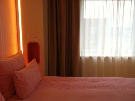 Bett und Fenster - nhow Berlin