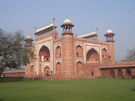 Der Eingang zum Taj Mahal von der Seite gesehen - Taj Mahal
