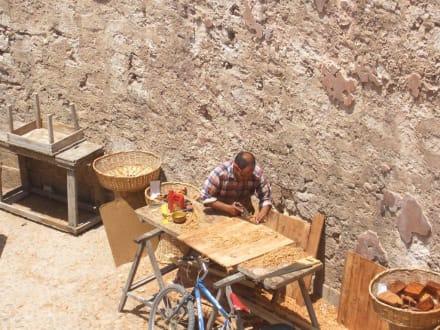 tischler bei der arbeit bild m rkte in den alten festungsmauern in essaouira. Black Bedroom Furniture Sets. Home Design Ideas
