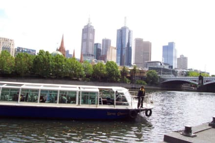 Unser Tourboot legt an - Melbourne River Cruises