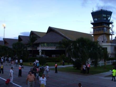 Zu Fuss vom Flugzeug zum Zoll - Flughafen Punta Cana (PUJ)