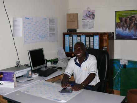 Doc Wilfred Omae @ work - Geführte Touren Kenyan Adventures & Beyond Safaris Diani Beach