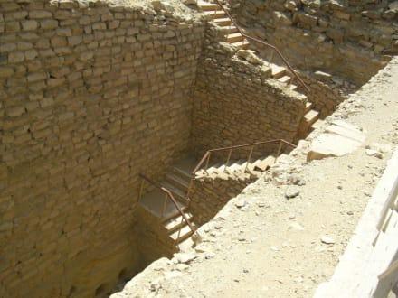 Treppe geht ziemlich tief runter - Stufenpyramide / Pyramide von Djoser