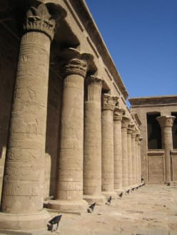 Der rechte Säulengang im Innenhof. - Horus Tempel Edfu