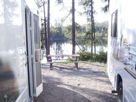 Blick an den Wohnmobilen vorbei - Halfway Lake Provincial Park
