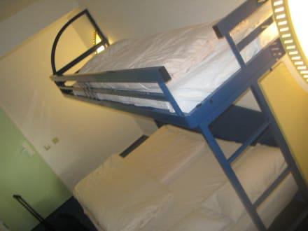 betten f r drei jungs bild ibis budget hotel berlin city. Black Bedroom Furniture Sets. Home Design Ideas