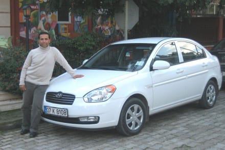 Naci und einer seiner Mietwagen - Autovermietung Kemer