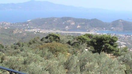 Blick auf die Landebahn des Flughafens - Touren & Ausflüge