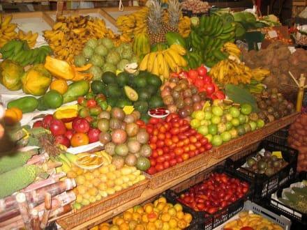 Frisches Obst am Markt - Madeira Wandern mit Christa