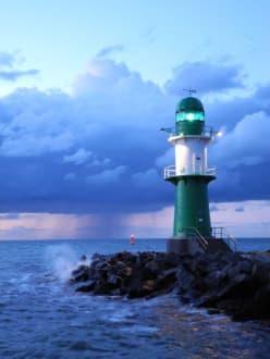 Leuchtturm in der nacht bild hotel neptun in warnem nde for Hotel warnemunde angebote