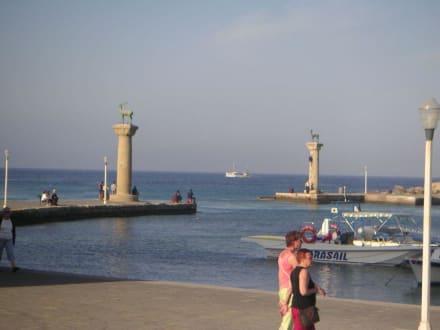 Die Hafeneinfahrt von Rhodos - Yachthafen Mandraki