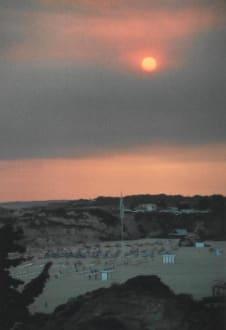 Praia da Rocha, Sonne hinter Rauchwolken (Waldbrände) - Strand Praia da Rocha