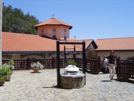Klosterhof mit Brunnen - Kloster Kykkos / Kykkou