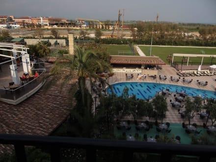 Ausblick über den Pool zur Baustelle - Belek Beach Resort Hotel