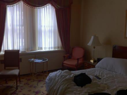 klein dunkel dreckige fenster schwere vorh nge bild hotel the waldorf astoria in new york. Black Bedroom Furniture Sets. Home Design Ideas