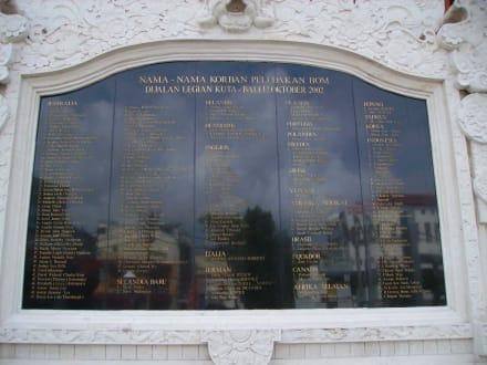 """Ground Zero Kuta """" Denkmal - Gedenktafel"""" - Gedenktafel der Bombenopfer  / Kuta Memorial 2002"""