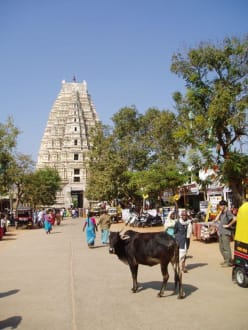 Hampi-Bazar mit Blick auf den Virupaksha-Tempel - Tempelanlage Hampi