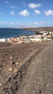 Dies ist wieder vom Berg mit Blick auf das Hotel und seine U - Wandern TimeforNature Tarajalejo