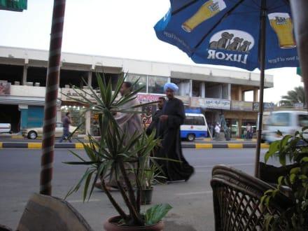 Blick aus dem Strassencafe - Einkaufen & Shopping