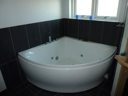 gro e whirlpool badewanne bild dancenter ferienh user. Black Bedroom Furniture Sets. Home Design Ideas