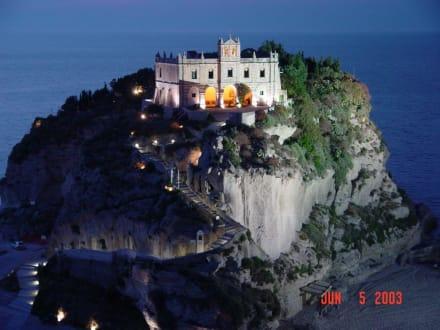 Tropea, BenediktinerKloster bei Nacht - Kirche Santa Maria dell'Isola