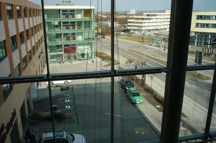 Blick von innen auf den Eingangsbereich - BEST WESTERN PREMIER Hotel Regensburg
