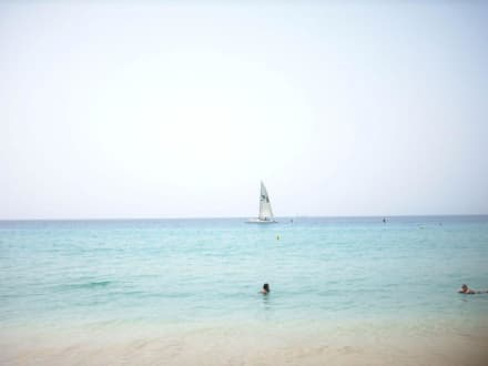 Kristalklares Wasser mit schneeweißem Sand - Strand Jandia