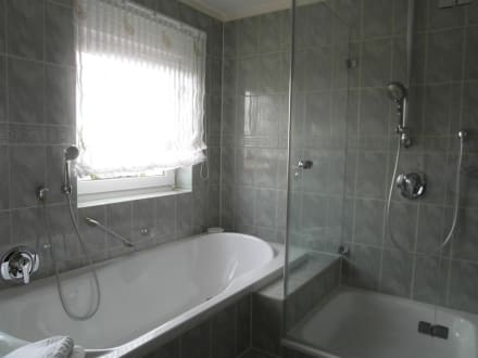 Badezimmer mit wanne und dusche bild hotel residenz for Badezimmer ideen wanne und dusche