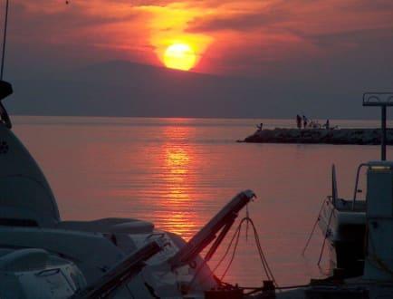 Sonnenuntergang am Hafen von Brela - Strand Punta Rata
