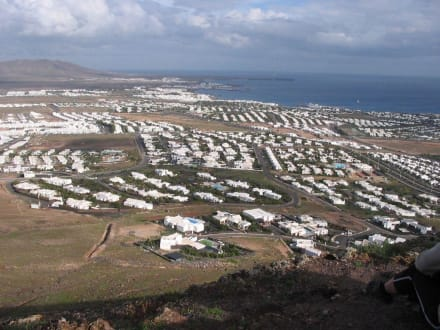 Blick vom Montaña Roja über Playa Blanca - Vulkan Montaña Roja