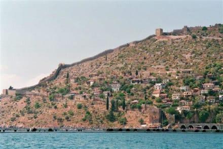 Festungmauer vom Hafen aus - Bootstour Alanya