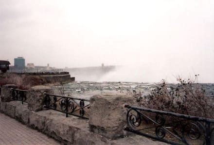 Vor den Wasserfällen - Niagarafälle / American Falls