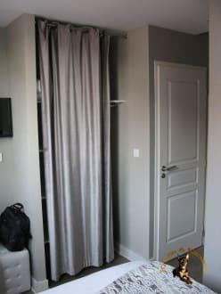 kein schrank nur ein regal mit vorhang bild hotel st. Black Bedroom Furniture Sets. Home Design Ideas