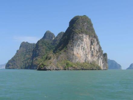 eine von vielen Inseln in Phnag Nga - Sea Canoe Phang Nga