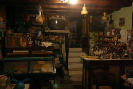 Ein Blick ins Wohnzimmer / in den Schankraum - Kafenion Roupel