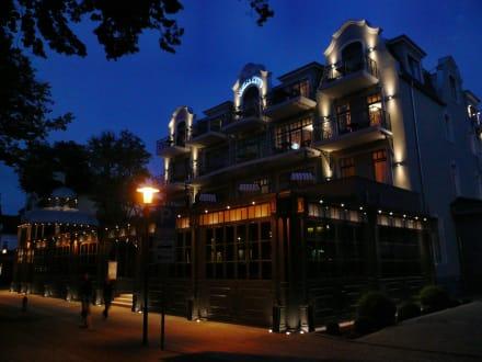Das Europa Hotel in der Dämmerung (Seeseite) - Europa Hotel Kühlungsborn