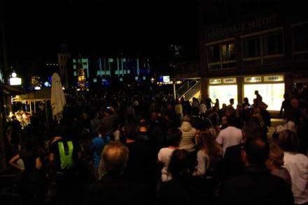 Massen an Menschen - Blaue Nacht