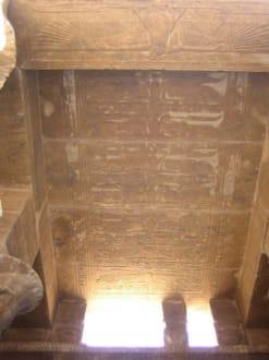 Schöne Ornamente an der Decke. - Philae Tempel