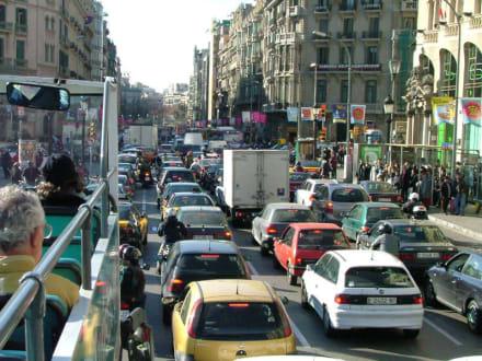 Normaler Straßenverkehr in Barcelona - Transport