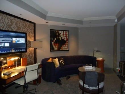 wohnzimmer mit sitzecke und schreibtisch bild hotel the cosmopolitan of las vegas in las vegas. Black Bedroom Furniture Sets. Home Design Ideas
