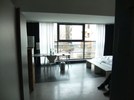 gro es zimmer wenig m bel bild ku 39 damm 101 design hotel in berlin charlottenburg. Black Bedroom Furniture Sets. Home Design Ideas