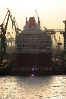 Die Queen Mary II im Trockendock - Hafen Hamburg