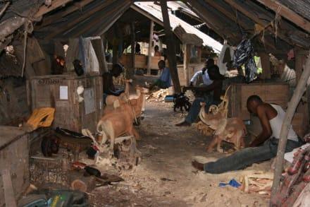 Arbeitsbedingungen im Holzschnitzerdorf - Schnitzerdorf Akamba