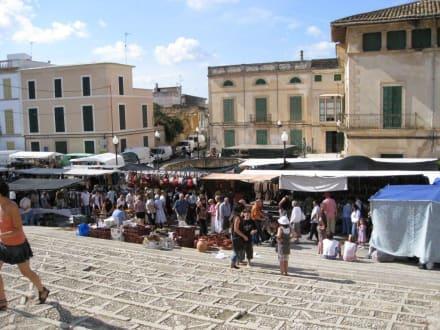 Markttreiben auf dem Kirchvorplatz - Sonntagsmarkt