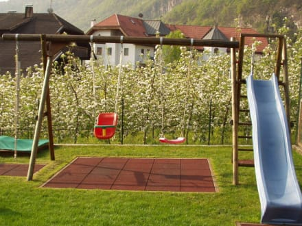 spielplatz und garten bild rosengartenhof in andrian s dtirol italien. Black Bedroom Furniture Sets. Home Design Ideas